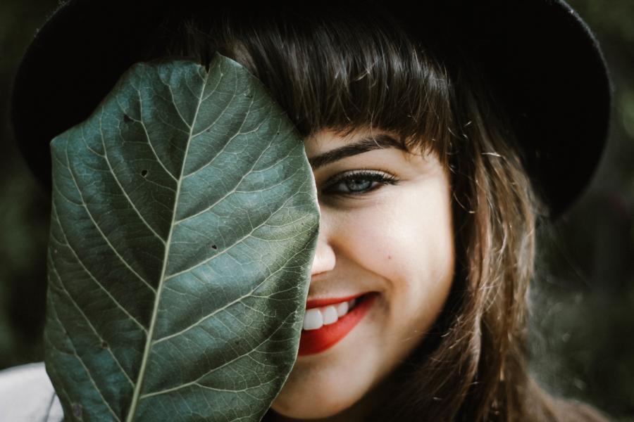 Eine Dame mit einem Baumblatt