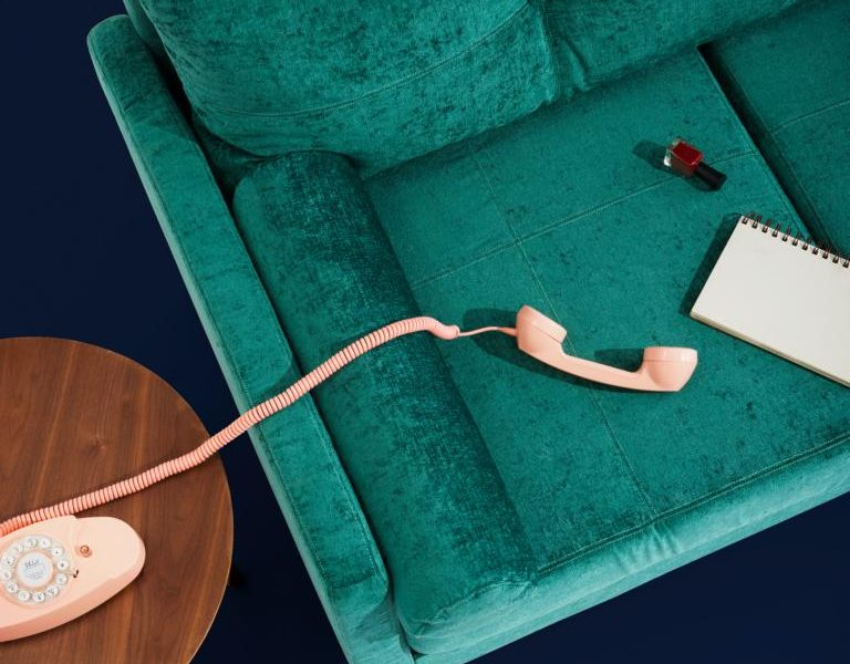 Feng Shui grüne Couch und ein Telefon in Rosa - Wohntrends 2020